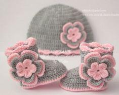 Ganchillo Patucos de bebé y conjunto sombrero decorado con corazones de fieltro blanco. Confeccionada con hilado de acrílico.  Tamaño: 0-3 meses.  Botines: único largo aprox. 9 cm. - 3 1/2 pulgadas  Sombrero: circunferencia aprox. 35,5 cm-14 pulgadas, altura aprox. 14 cm - 5 1/2 pulgadas  Lavar a mano en agua fría.  Puedes encontrarme en Facebook: https://www.facebook.com/EditaMHandmade/  Si usted tiene alguna pregunta, por favor en contacto conmigo. Gracias por ...