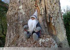 Vätten Alfur sitter på sin plats i stora trädet. Gnome Alfur sits the big tree. Unique swedish handicraft.