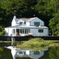 England, a #country in United Kingdom, is a wonderful #tourist #spot with good #weather #conditions, #peace and #tranquility, #appealing #attractions, #eateries and many #things to do. For the #comfortable #stay of #tourists, #contact one of the best England #holiday #rentals by owner, StayHolidayRentals, to book a #rental.