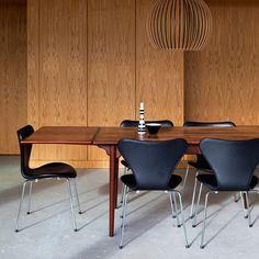 Mesa do Designer Hans J. Wegner. Casa Aarhus, projeto dos Arquitetos Friis & Moltke. #architecture #arquitetura #arte #art #artlover #design #architecturelover #instagood #instacool #instadesign #instadecor #instadaily #projetocompartilhar #shareproject #davidguerra #arquiteturadavidguerra #arquiteturaedesign #instabest #instahome #decor #architect #criative #photo #decoracion #table #tabledesign