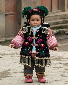 Miao child of the village Qingman, Guizhou Province, southwest China Precious Children, Beautiful Children, Beautiful Babies, Beautiful People, Kids Around The World, People Of The World, Around The Worlds, Little People, Little Ones