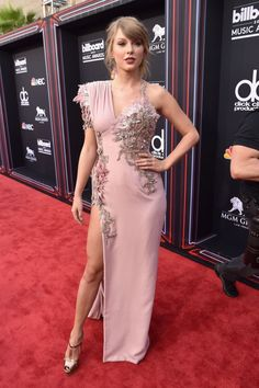 Taylor Swift is back! The Reputation record-maker made her first red carpet appearance in over two years at the Billboard Music Awards Taylor Swift Gallery, Taylor Swift Hot, Taylor Swift Quotes, Taylor Swift Style, Taylor Swift Pictures, Celebrity Red Carpet, Celebrity Dresses, Taylor Swift Vestidos, Celebrity Updates