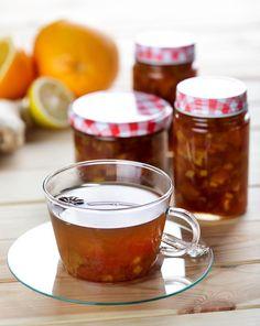 Domácí pečený čaj je oblíbeným jedlým dárkem, ale nejčastěji jde o červenou variaci z letního ovoce. V zimě použijte raději sezonní suroviny a upečte ho z citrusů a zázvoru, je to vážně snadné! Beverages, Drinks, Kids Meals, Panna Cotta, Smoothie, Pudding, Homemade, Cooking, Tableware