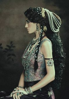 Pakistani Model Nadia Ali They're bringing vintage back, what! Long hair, pearls, hair accessories, love it Boho Gypsy, Gypsy Style, Bohemian Style, Hippie Chic, Gypsy Hair, Modern Hippie, Tribal Style, Nadia Ali, Tribal Fusion