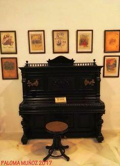 Sala de Música. Precioso piano de pared. Litografías dedicadas a Ruperto Chapí, célebre compositor de música popular española. Music room. Beautiful piano wall. Lithographs dedicated to Ruperto Chapí, famous composer of Spanish popular music.