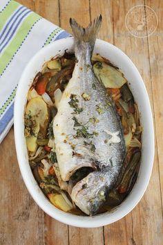 Hoy explico como preparar una Dorada al horno, acompañada de patatas, pimiento y cebolleta, así preparas la guarnición y el pescado a la vez, un plato muy sano, ligero y completo. Apenas tiene trabajo prepararlo, ya que casi todo lo va a hacer el horno, tan sólo hay que pedir en la pescadería que os