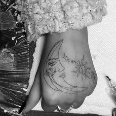 Ariana Grande and her grandma got friendship tattoos last night. Ariana went to tattoo artist Mira Mariah in Brooklyn, New York to get a massive hand tattoo with a moon and a sun. Dainty Tattoos, Top Tattoos, Music Tattoos, Pretty Tattoos, Finger Tattoos, Small Tattoos, Tattos, Cute Hand Tattoos, Girl Tattoos
