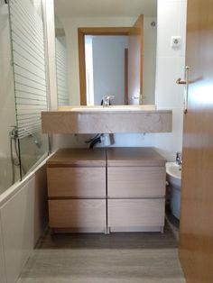 Reforma barata de baño pequeño con pintura de azulejos y suelo vinílico