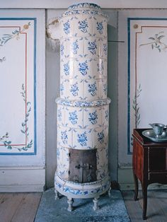 Tile stove at Gripsholm Castle photo copyright Michael Perlmutter. Swedish Style, Swedish House, Swedish Design, Scandinavian Style, Antique Interior, Swedish Interiors, Vintage Stoves, Antique Stove, Stove Fireplace