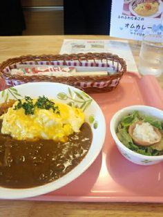 今日のお昼ご飯はふわふわたまごのオムカレーライスセットいただいています。