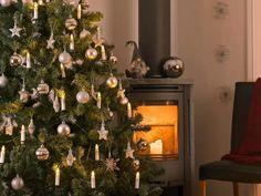 Klassisk og vakker juletrebelysning fra Konstsmide med delt ledning. Juletrebelysningen har 16 hvite stavlamper på grønn klype og kabel, og de varmhvite pærene på slyngen er utskiftbare. Led, Independence Day, Magick, Hanukkah, Recycling, Christmas Tree, Valentines, Shapes, Seasons