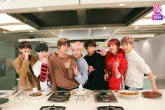 Se o Jin não tivesse ai, a cozinha estaria em chamas. Igual eu quase fiz uma vez :')