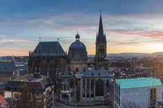 Op 45 minuten rijden vanaf Dormio Resort Maastricht ligt de prachtige oude Duitse stad Aken (Aachen). Ook in 15 minuten te bereiken vanaf het Drielandenpunt in Vaals. De ligging dichtbij de Nederlandse grens maakt Aken tot een zeer populatie bestemming voor een stedentrip. Onderstaande bezienswaardigheden hebben een onweerstaanbare aantrekkingskracht op dagjesmensen. Resorts, Cathedral, Building, Travel, Viajes, Vacation Resorts, Buildings, Cathedrals, Destinations