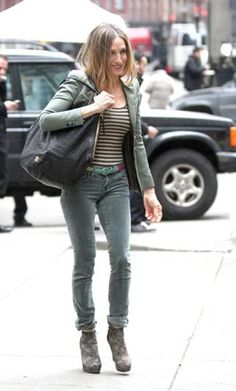 Sahara Jessica Parker in J brand jeans # women's fashion # denim pant # medium wash # acid wash # low rise # super skinny fit # pencil narrow fit # Cullotes Street Style, Nyfw Street Style, Urban Street Style, Street Style Summer, Casual Street Style, J Brand Jeans, Sarah Jessica Parker, Denim Fashion, Women's Fashion