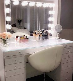 Classic Chic Vanity Decor Vanity G O A L S Wer ist noch in dieses Vanity-Setup der Gorggg-Station ve Vanity Makeup Rooms, Makeup Room Decor, Vanity Room, Makeup Vanities, Makeup Desk, Cute Room Decor, Room Decor Bedroom, Bedroom Small, Bedroom Ideas