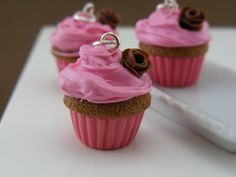 Shay Aaron's tiny food sculptures are amazing! Chocolate Roses, Chocolate Cupcakes, Food Sculpture, Sculptures, Pink Frosting, Year 9, Tiny Food, Chocolate Decorations, Cute Charms