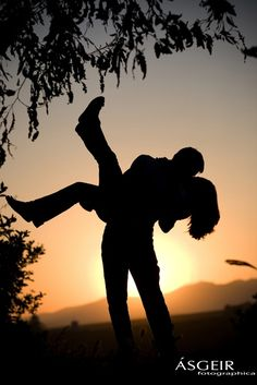 Engagement Of Picture Couple Kissing | Engagement Photos Couple Kiss in Sunset