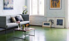Veggene i stuen er malt i fargen Mild Akvamarin FR1122 og gulvet er malt i Stram Militær FR1112.