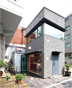 Good example of a brick wall serving as a shear wall. Small Modern Home, Modern Tiny House, Modern House Design, Tyni House, Tower House, Interior Exterior, Exterior Design, Interior Architecture, Japanese Style House