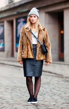Street style de como usar saia de couro no frio