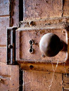Naomi Frost photo♥♥ old door knob and lock fixture misc Old Door Knobs, Door Knobs And Knockers, Knobs And Handles, Door Handles, Old Doors, Windows And Doors, Old Keys, Door Detail, Unique Doors