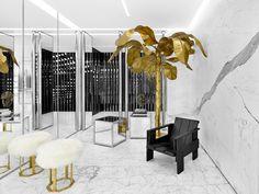 到日本旅遊又多了一項必逛的行程,Saint Laurent全球最大的專賣店在表參道開幕了!表參道專賣店的陳設空間是由創意總監Hedi Slimane構思,每間Saint Laurent的專賣店都會將各個城市的特質融入店內設計,並加入不同風格的藝術品打造獨一無二的專賣店。SAINT LAURENT表參道專賣店以現代化的手法演繹演繹法國裝飾藝術的技術,使用精緻的黑白兩色大理石做為主色調,與前衛感的混擬土牆相互呼應,加入知名家具設計師Gerrit Rietveld和Jay Spectre作品,大器的比例與明確的對比,讓專賣店呈現俐落、寧靜與現代感的空間。秉持著簡潔的風格,店內選用黑色的皮革坐墊,櫥窗則緣自1930年代,金銀色鏡面櫥窗搭配鏡面拋光處理的黃銅,為黑白的空間點綴幾分色彩。