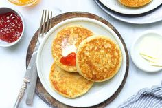 Leftover sourdough starter used for crumpets or pikelets. Sourdough Crumpet Recipe, Sourdough Recipes, Sourdough Bread, Bread Recipes, Starter Recipes, Baking Recipes, English Crumpets, Lemon Bundt Cake, Rum Cake