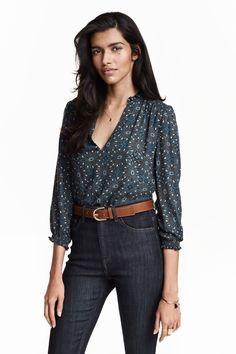 Blusa em georgette: Blusa de decote em V em tecido georgette delicado. Tem…