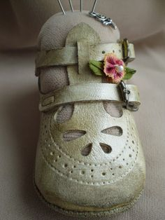 Todolwen: baby shoe pin cushion now this is a gd idea to do with your little ones first shoe :-)