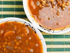 Linsensuppe (vegan)  Linsensuppe ist ein Traditionsgericht. Nun gibt es tausende Traditionen und ebenso viele Rezepte für dieses leckere Essen. Dieses hier ist ganz einfach, ohne Bindung, ohne Speck, ohne Würstchen – nur Linsen und Wurzelgemüse – Geschmack pur.  http://einfach-schnell-gesund-kochen.de/linsensuppe-vegan/