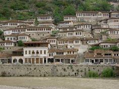 """ALBANIA   Berat o """"La Ciudad de las Mil Ventanas"""" es una delas ciudades mas bellas de Albania, no en vano en 2008 la ciudad fue declarada Patrimonio de la Humanidad por la UNESCO"""