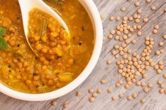 Rotes Linsen-Kokos-Curry Rezept: Eines meiner absoluten Lieblingsgerichte ist dieses rote Linsen-Kokos-Curry. Wie du vielleicht schon in meinen anderen Rezepten gesehen hast, liebe ich Gerichte, die unkompliziert sind, schnell gehen und vor allem gesund sind. Das Linsen-Curry mit Süßkartoffeln gibt dir viele wichtige Nährstoffe und schmeckt super lecker. Ich empfehle dir, alle Zutaten in BIO-Qualität zu kaufen.