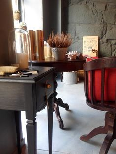 #mercadoloftstore #umseisum #porto #table #mesa #furniture #woodenfurniture #escova #brush #mirror #reflection #glass #vidro #vela #concrete #chair #pillow #almofada #cadeira #planta #light #materials #decorestore
