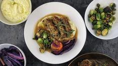 Vegansk festmiddag lages med østerssopp, rødkål, rosenkål og sellerirotkrem. Sjysausen er også basert på grønnsaker. Og det er ikke bare er veganeren som kan glede seg over denne middagen. Oppskrifter fra Richard Nystad.