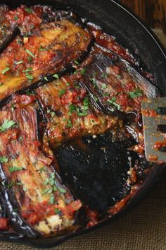 Healthy Turkish Eggplant Casserole Recipe with Tomatoes (Imam Bayildi). Imam Bayildi is a healthy vegan twist on the usual breaded, fried eggplant casserole. The slices are covered in Mediterranean tomato sauce and baked. Eggplant Casserole Recipe, Casserole Recipes, Cooking Recipes, Healthy Recipes, Healthy Meals, Oven Recipes, Shrimp Recipes, Pasta Recipes, Soup Recipes