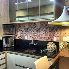 """Gente olha que linda essa decoração! A família do """"O Samoieda Farinha"""" uso nosso Adesivo Azulejo e deixou a cozinha incrível."""