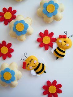 Móbile com pingente de flores com abelhinhas! Perfeito para a decoração de quartos, festas, chá de bebê...E onde mais a sua imaginação pedir!  As pecinhas são fabricadas em feltro com enchimento em fibra acrílica siliconada.   Consulte outras possibilidades de combinação para o móbile! * O valor do móbile corresponde a 1,40 de comprimento (2 abelhinhas e 8 flores) R$ 78,00