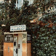 Le photomaton vintage de Fotoautomat est accessible tous les jours à partir de 7h au pied du Pavillon Puebla dans les Buttes Chaumont Cabine Vintage, Photo Cabine, Photo Booth, Cinema, Pictures, Black N White, Pavilion, Photo Booths, Movies