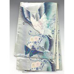 袋帯 銀 白や紫色の蝶が綺麗 【中古】【仕立て上がりリサイクル帯・リサイクル着物・リサイクルきもの・アンティーク着物・中古着物】銀色の地に、紫色の縦線ぼかしが入っていて、菊の花や紫や白の大きな蝶が入った綺麗な袋帯です。  <シチュエーション> 振袖などのお着物と合わせて豪華にお召し頂けます。   <風合> 光沢感のあるすべすべした地に、柄部分におうとつ感のある軽めの袋帯です。  <状態>  使用感があり、シワや折り目があります。 端部分から糸が飛び出ている箇所がありますが、特に目立つといった汚れ等はありませんので細かくお気になさらなければお気軽にお召し頂けます。