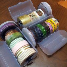 100円ショップダイソーの商品『ネクタイケース』。スケルトンのシンプルなボックスで、ネクタイをしわくちゃにせず持ち運びできる、出張時に役立つ便利グッズ。しかしDIY女子の間ではこちらを別のものの収納に使うのが流行っています…。そう、それは『マスキングテープ』!かわいい柄がたくさんあって、気付けばたくさん集めてしまったマステを、とても使いやすいように収納できると話題♪ぜひ試してみてくださいね!