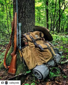 Great bushcraft tips that all survival fanatics will definitely desire to learn today. This is essentials for SHTF survival and will defend your life. Bushcraft Pack, Bushcraft Backpack, Bushcraft Camping, Survival Supplies, Survival Prepping, Survival Gear, Survival Skills, Survival Clothing, Survival Shelter