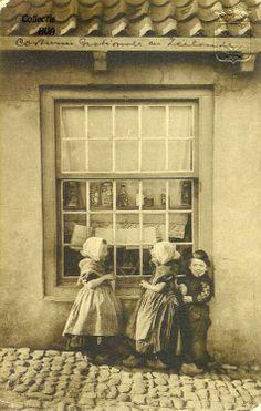 Voor de etalage van een snoepwinkeltje ca. 1915 /   the candyshop
