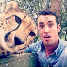 20. Una impresionante selfie acompañado de un Guepardo sus ojos son hermosos ¡Yo quiero una!