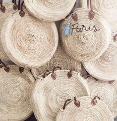 DIY Capazo redondo de rafia bordado · DIY Embroidered Round wicker basket bag · Fábrica de Imaginación · Tutorial in Spanish Unique Purses, Mini Handbags, Basket Bag, Crochet Purses, Handmade Bags, Yarn Crafts, Basket Weaving, Fashion Bags, Straw Bag