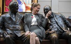 """Hiljutine skulptori naine Julia Holofcener Bond Street'is avalikustas Lawrence Holofeceneri värskelt restaureeritud skulptuuri """"Liitlased"""", kus osalesid sarvestatud Sir Winston Churchilli ja Franklin D Roosevelti pronksjad."""