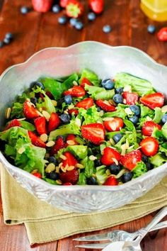 If you want to enjoy the fresh seasonal fruit of spring and summer, this Strawberry, Blueberry & Greens Salad with Honey Vinaigrette from embraces pretty berries. Sliced almonds and a tangy honey vinaigrette make it extra delicious. Green Salad Recipes, Slaw Recipes, Healthy Recipes, Honey Recipes, Simple Recipes, Skinny Recipes, Healthy Salads, Summer Recipes, Healthy Food