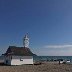 """Fomos conhecer a região de Woodbine que tem as """"praias"""" de #Toronto! Na verdade não é mar pois são banhadas pelo lago Ontário! O tempo melhorou e a temperatura chegou a 10C o que fez muita gente sair às ruas para curtir o sol! #seetorontonow #mydestinationtoronto"""
