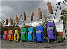 かなり斬新な自動車の展示  (via Zum Trocknen aufgehängt - Bild & Foto aus Streetart - Fotografie (25313746) | fotocommunity)