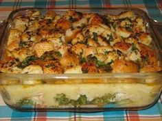 Chicken Divan is a chicken casserole usually served with broccoli, almonds, and Mornay sauce. It was named after the place of its invention, the Divan Parisienne Restaurant in the New York City Chatham Hotel where Chicken Divan Recipe, Chicken Casserole, Casserole Recipes, Chicken Recipes, Make Ahead Meals, One Pot Meals, Main Meals, Pineapple Banana Smoothie, Confort Food