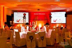 wedding event location with orange red lights with round tables http://www.tatzlwurm.de by © radmila kerl wedding photography munich http://www.tatzlwurm.de Hochzeitslocation Eventlocation